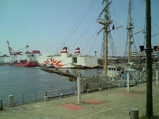 帆船とフェリーボート